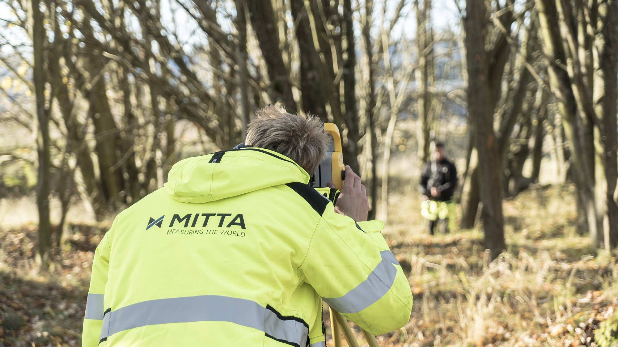 mies mittaa, man is surveying